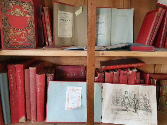 De beaux livres de prix à couverture rouge